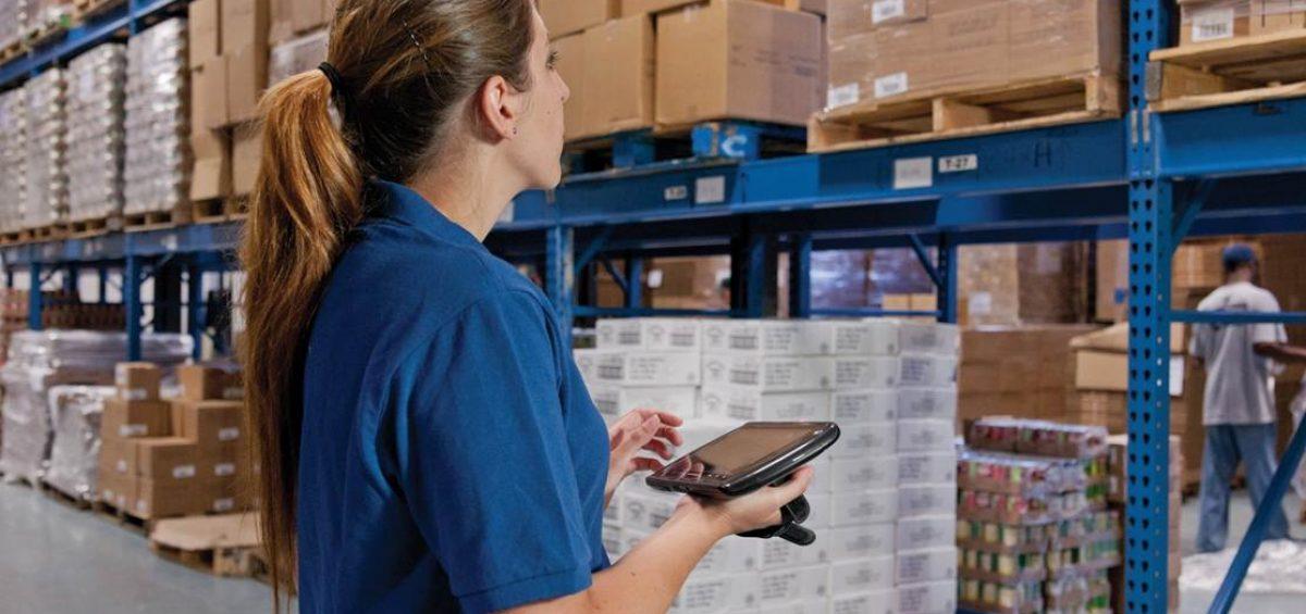 mujer revisando inventario para la gestión de almacenes