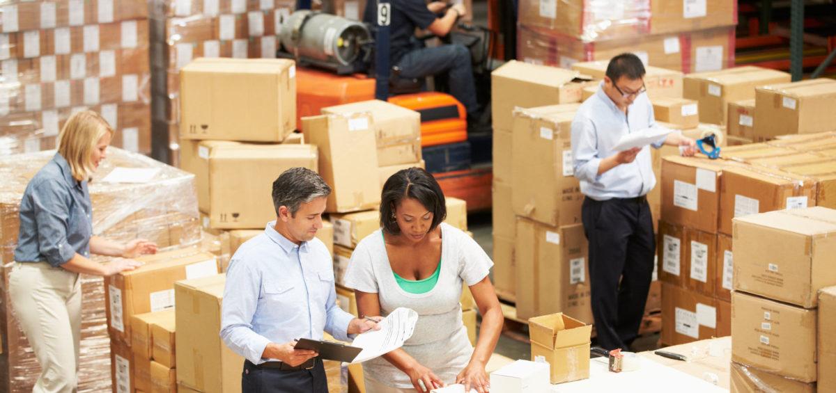 empleados clasificando el inventario