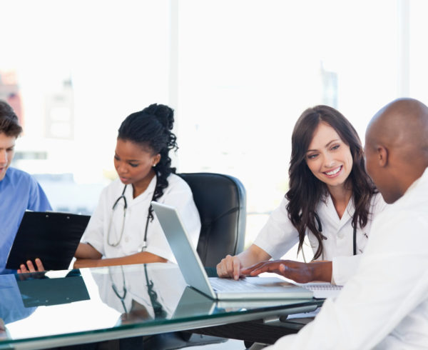 equipo médico haciendo evaluación logística