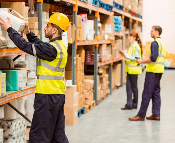 personal llevando el control de almacén