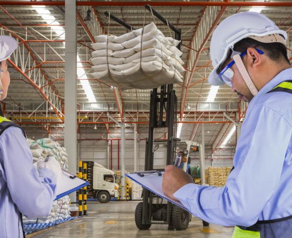 empleados llevando el registro de inventarios