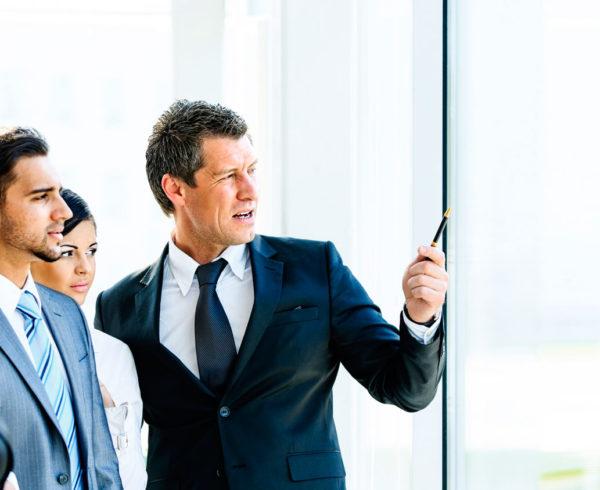 Grente enseñando la cultura corporativa de una empresa