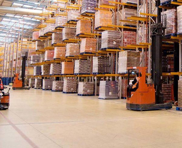 maquinaria y equipo logístico en almacén
