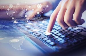 mano en teclado aprovechando las tecnologías de la información
